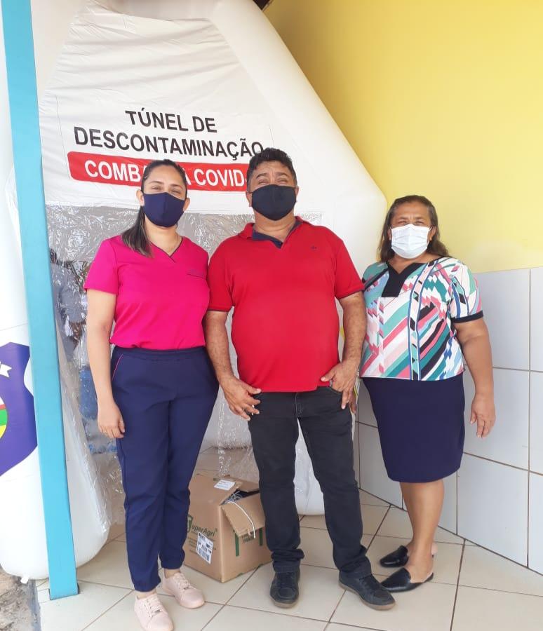 Fotos/Divulgação: secretário Roberto com a diretora Clean e a vice Fabiane no túnel de descontaminação do Ezequiel Garcia (1); túnel instalado no Lino Coelho (2 e 3)